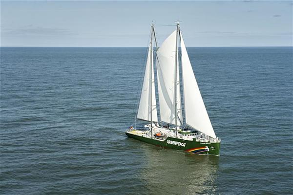 La Rainbow Warrior III di Greenpeace solca i mari in difesa dell'ambiente.
